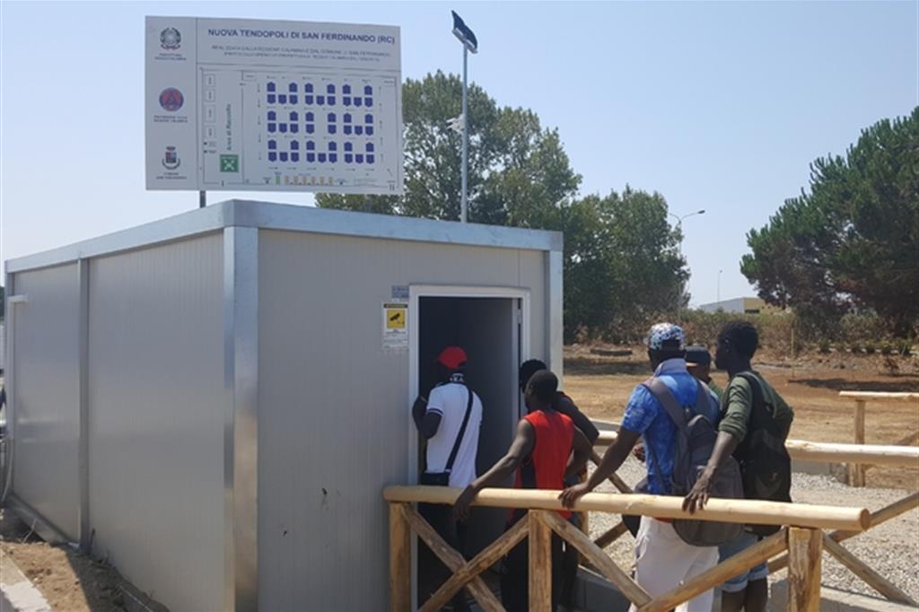 Accoglienza al Sud San Ferdinando Salerno Migranti stagionali africani sfruttamento caporalato campo tendopoli